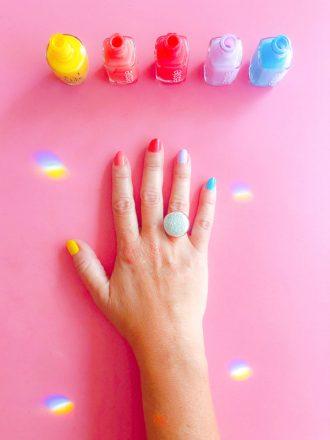 mains-multicolores-vernis